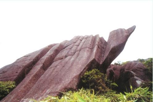 文化娱乐 旅游       嶙峋怪石      石牛山风景区怪石有两类.
