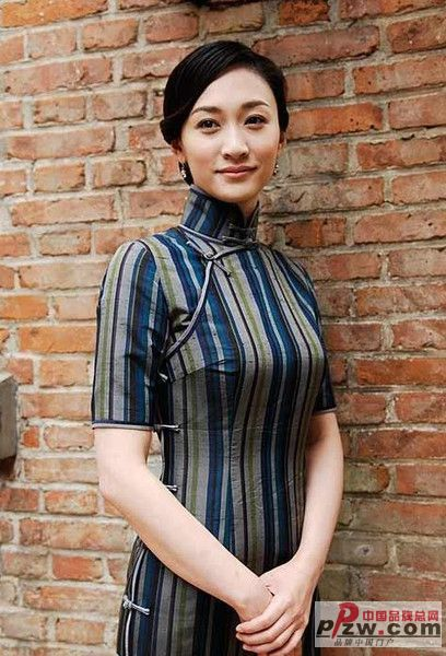 李小冉的重色旗袍显得很成熟,也蛮有味道的