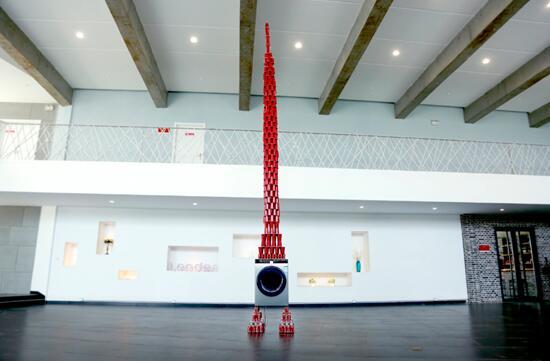 1008个纸杯在运转的统帅洗衣机上能立5.1米高