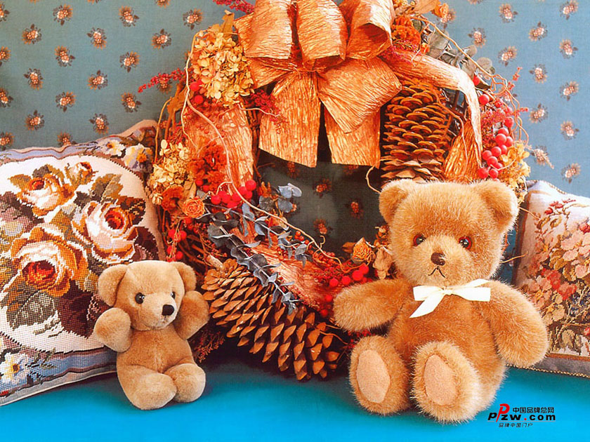 小熊的眼珠是两颗蓝宝石,周围还镶有20颗碎钻;嘴巴由一块金子做成.